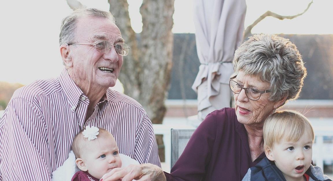 Seniorzy z darmowymi szczepieniami