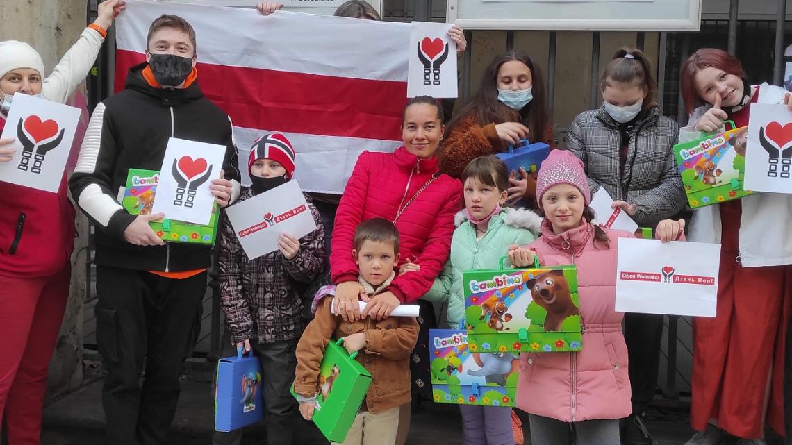 """Uczestnicy społecznego projektu """"Białoruś – Kobiety Nie Płaczą! """" obchodzą Dzień Wolności, wręczając prezenty dzieciom uchodźców z Białorusi"""